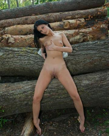 Nude Black Haired Chick Shows Off In The Forest