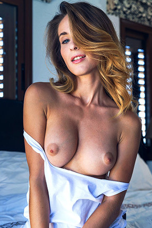 Glamour Cara Mell Flashes Her Natural Beauty Tits
